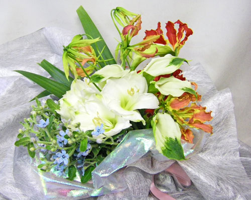 カラーとグロリオーサリリーの花束