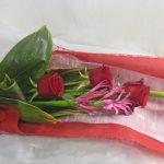 ダイヤモンドリリーとバラのお祝いの花束