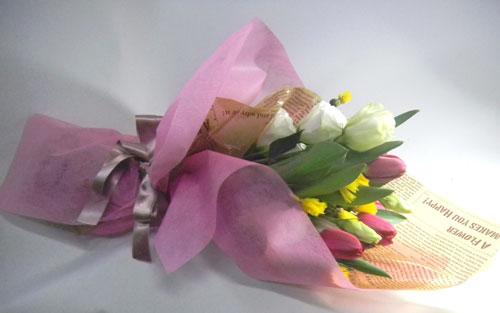 チューリップとイエローサルタンを使った花束