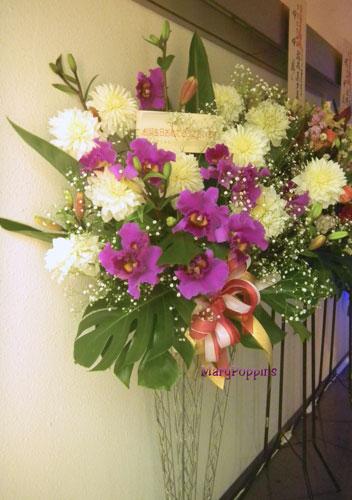 お誕生日お祝いのスタンド装花