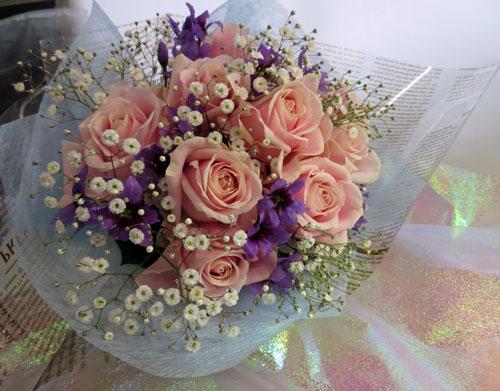 リューココリーネとバラの花束