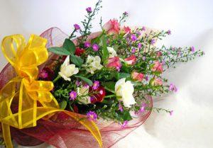 クジャクソウとバラの花束