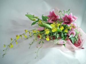 オンシジウムとピンクの百合の花束