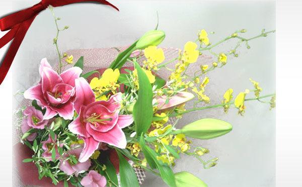 お誕生日のお祝いやご結婚記念日、贈呈用の花束におすすめの黄色とピンクが華やかな印象のオンシジウムと百合を使った花束です。