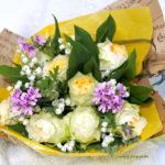 スズランとバラの花束