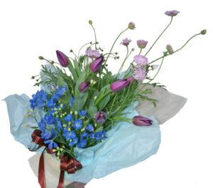 紫のチューリップとデルフィニウムの花束