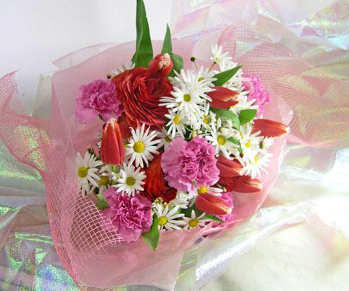 ふわふわの花びらがかわいいラナンキュラスは印象的な赤、白いマーガレットに映えて御祝いに贈る花束にぴったりです。また、ラナンキュラスは大きく開くお花で、スイーツの様な印象が女の子に好まれるお花です。チューリップ チューリップやマーガレットももかわいいお花の代表ですね。 冬から春に贈るキュートな花束。お誕生日やクリスマスなどのシーンに似合う花束です。