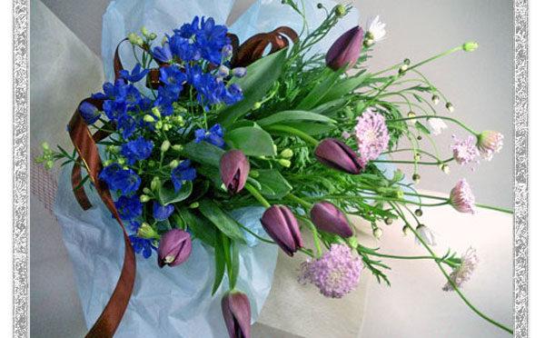 春のイメージのお花を落ち着いた色合いでまとめた花束です。ちょっと子供っぽい印象のチューリップも紫だととってもエレガントなイメージです。 お誕生日のお祝いや季節のごあいさつに。また、紫のチュウリップ花言葉のイメージから、ご結婚やご婚約の記念日のプレゼントにもおすすめです。花言葉を添えていかがでしょうか。 リボンの色のご指定も可能ですのでシチュエーションや、お届け先様のイメージに合わせてお選びください。