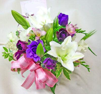紫の花の春のアレンジメント